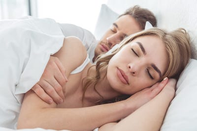 couple sleeping on dreamcloud mattress